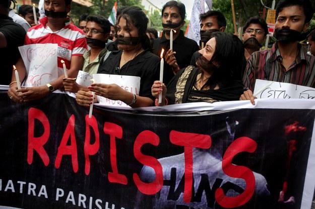 Doniesienia o kolejnych zbiorowych gwałtach wywołały w Indiach falę protestów. /PIYAL ADHIKARY (PAP/EPA) /PAP/EPA