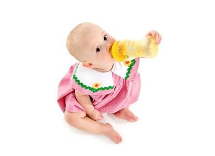 Dopajać czy nie dopajać niemowlaka karmionego piersią? /ThetaXstock