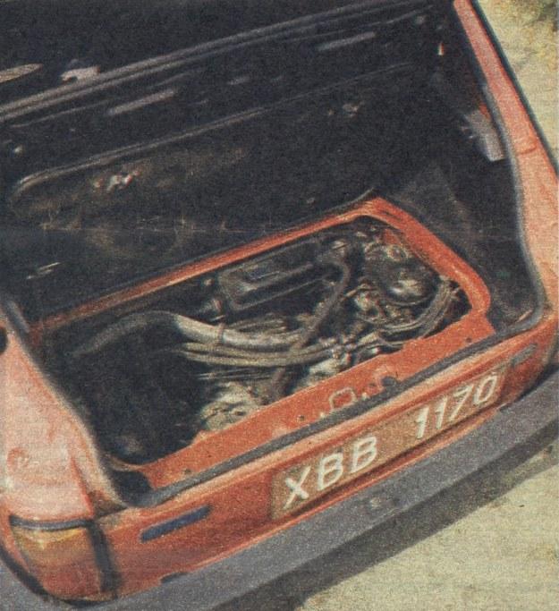 Dopiero po uniesieniu podłogi tylnego bagażnika widać, jak szczelnie wypełniona jest komora silnikowa BIS-a. /Motor