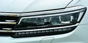Dopłata do aktywnych świateł LED wynosi 3220 (Highline, pakiet Premium) lub 6360 zł (Comfortline). (kliknij, żeby powiększyć) /Motor
