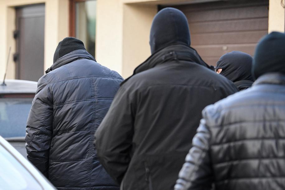 Doprowadzenie do Prokuratury Okręgowej w Tarnobrzegu pierwszych osób zatrzymanych przez funkcjonariuszy CBA /Darek Delmanowicz /PAP