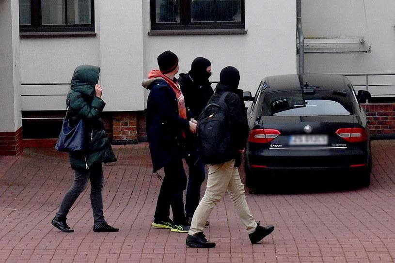 Doprowadzenie do Prokuratury Regionalnej w Szczecinie jednego z podejrzanych w aferze KNF / Marcin Bielecki    /PAP