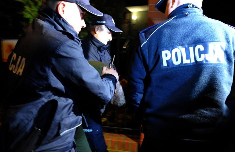 Doprowadzenie podejrzanego o zabicie siostry, na przesłuchanie do prokuratury rejonowej w Choszcznie /Marcin Bielecki /PAP