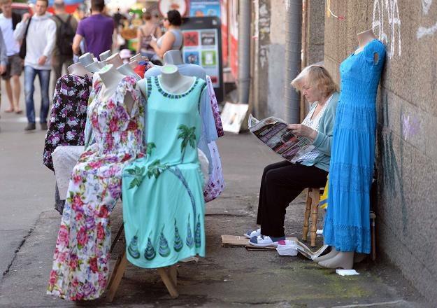 Dorabiający na ulicy emeryci /AFP