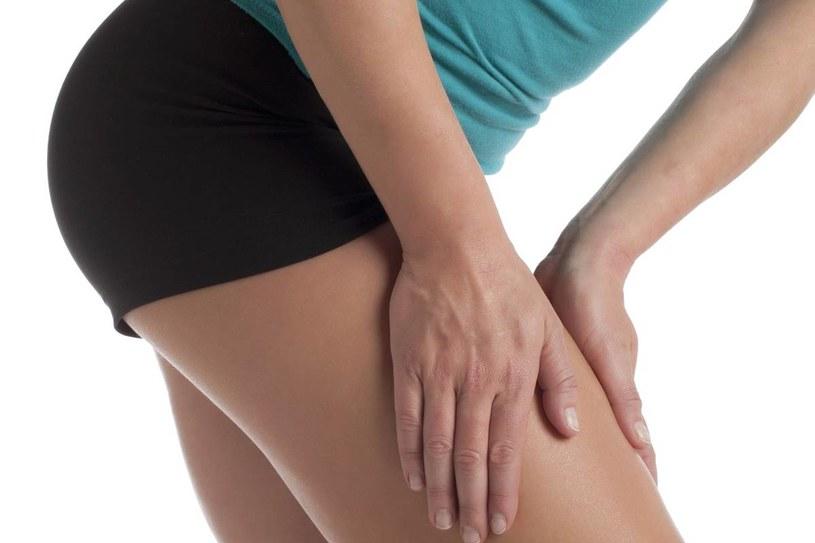 Doraźnie, przy silnym kurczu łydki, postaraj się wyprostować nogę. Złap za stopę i wygnij ją w kierunku kolana /123RF/PICSEL