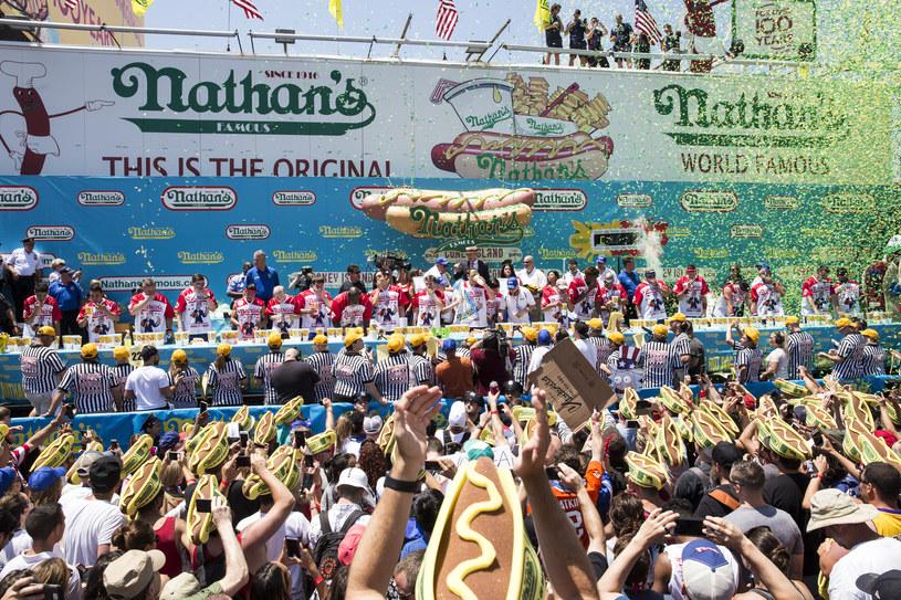 Doroczne zawody w jedzeniu hot-dog /Alex Wroblewski / GETTY IMAGES NORTH AMERICA / AFP /AFP
