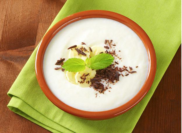 Dorośli także mogą zjeść taki deser, ozdabiając go czekoladą i listkiem mięty. /123RF/PICSEL