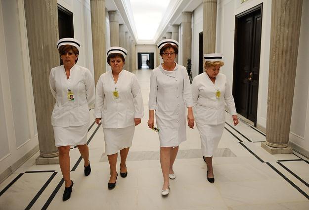 Dorota Gardias (2P) z pielęgniarkami w Sejmie, fot. Jacek Turczyk /PAP