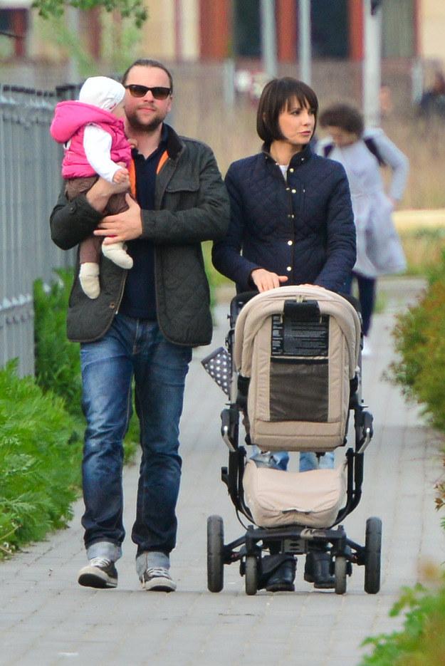 Dorota Gardias z partnerem Piotrem i córką na spacerze /Foto IP