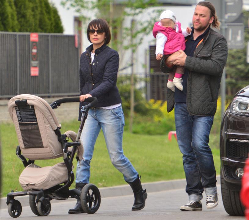 Dorota i Piotr na spacerze z córką /Foto IP