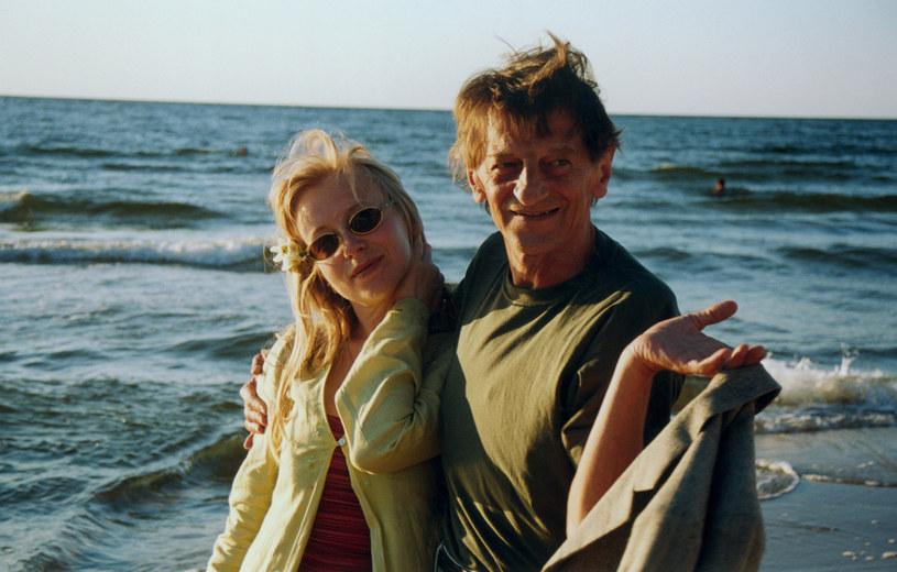 """Dorota Segda i Stanisław Radwan kochają morze. """"Dwie godziny spaceru i troski znikają"""" – mówi aktorka.  Tu w Międzyzdrojach w 2001 roku. /AKPA"""