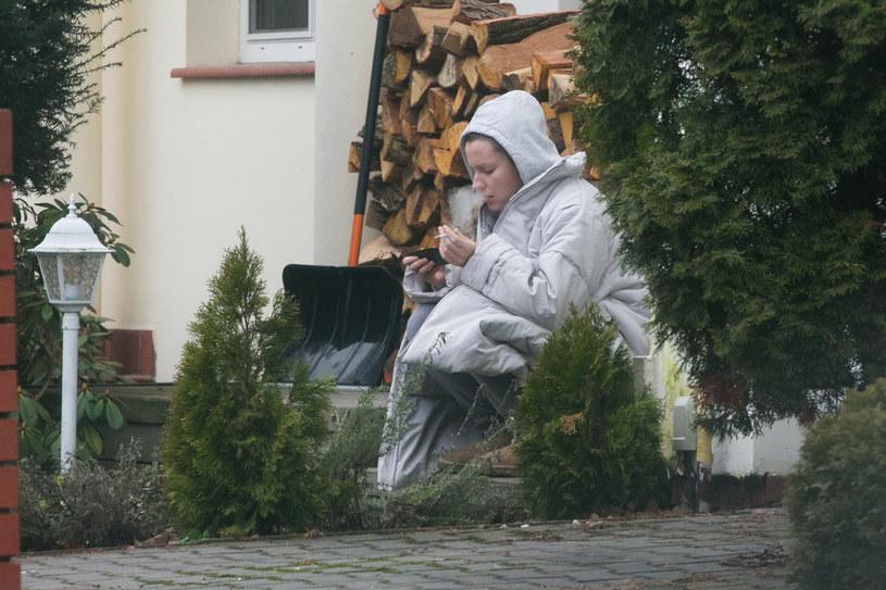Dorota Szelągowska pali przed domem /WOLF /Newspix