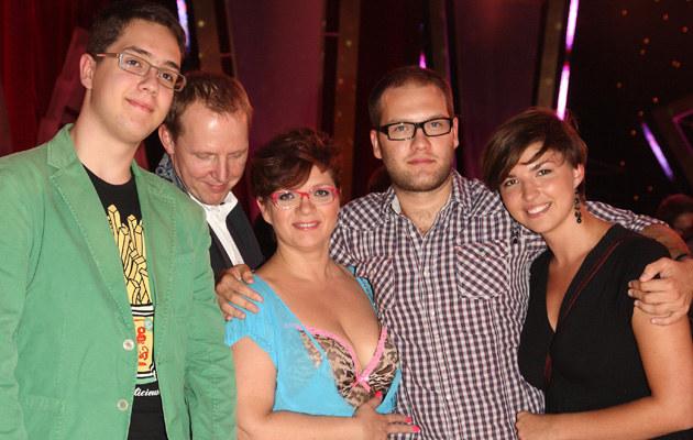 """Dorota Zawadzka w """"TzG"""" z synem Jędrkiem (L), mężem oraz synem Pawłem (P), fot.K.Jarosz  /Agencja FORUM"""