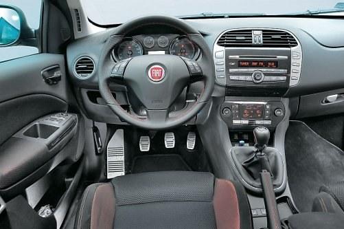 Doskonałe wyposażenie, piękna stylizacja, łatwa obsługa, ale jakość materiałów - tylko przeciętna. /Motor