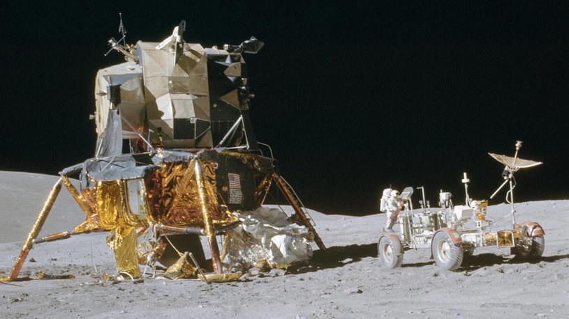 Doskonały widok modułu księżycowego i pojazdu, którym astronauci z misji Apollo 16 jeździli po Księżycu /NASA