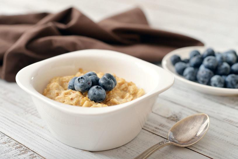 Doskonałym pomysłem na śniadanie są płatki owsiane z jagodami, truskawkami czy kiwi. /123RF/PICSEL