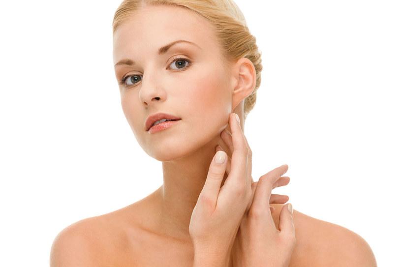 Doskonałym uzupełnieniem pielęgnacji szyi i dekoltu jest masaż /123RF/PICSEL