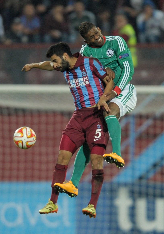 Dossa Junior (z prawej) podczas meczu Legii z Trabzonsporem w Lidze Europejskiej /AFP