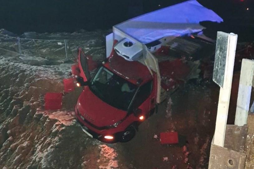 Dostawcze Iveco zostało wypchnięte z autostrady /Policja