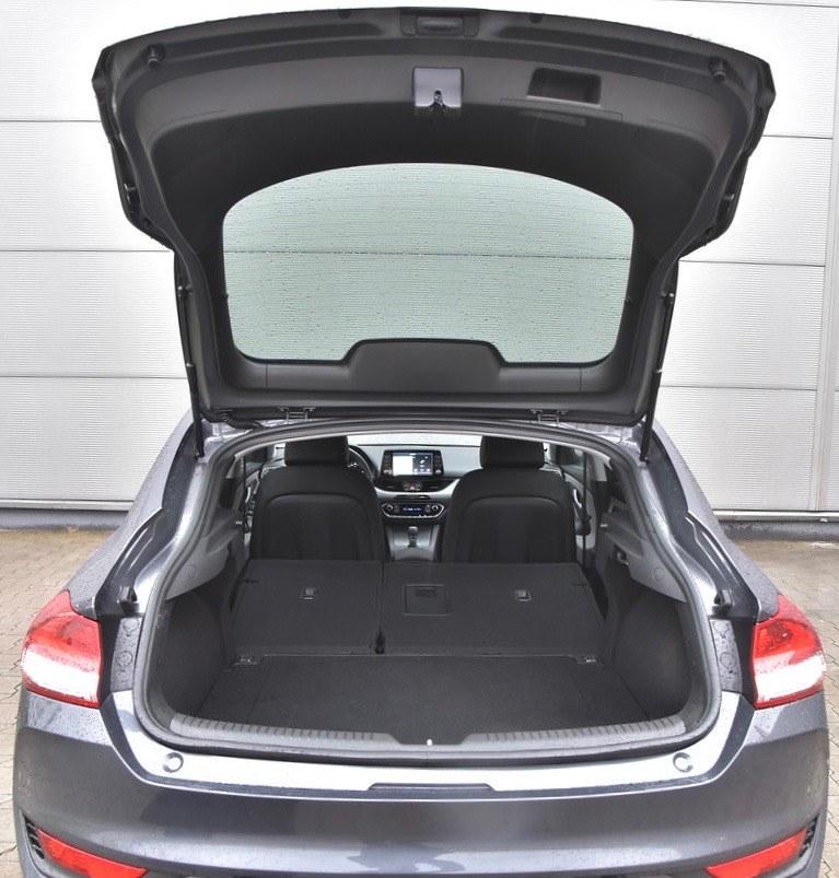 Dostęp do bagażnika przez dużą pokrywę byłby bardzo łatwy, gdyby nie próg załadunkowy położony na wysokości aż 80 cm. /Motor