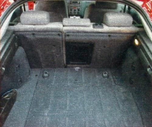 Dostęp do niewielkiego bagażnika ułatwia szeroko otwierana tylna klapa. /Motor
