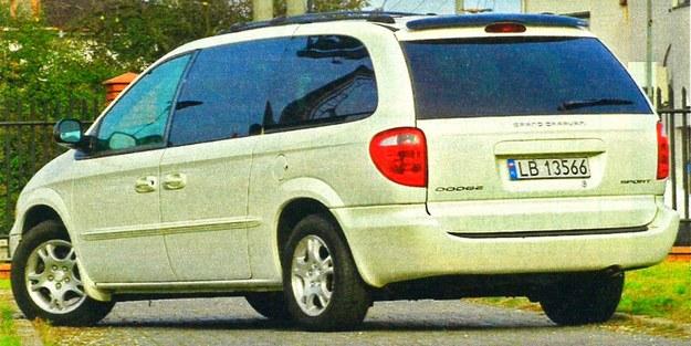Dostęp do obszernego wnętrza Dodge'a ułatwiają przesuwane szerokie drzwi. Ułatwia to wsiadanie do samochodu na ciasnych parkingach. /Motor