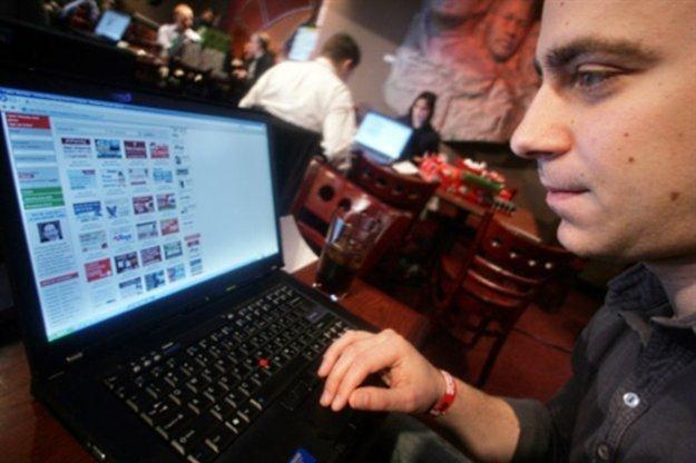 Dostęp do sieci u wielu osób wywołuje przyjemne uczucie zadowolenia /AFP