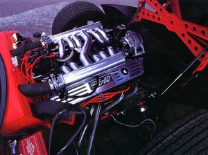 Dostęp do silnika chyba najłatwiejszy na świecie, bowiem na elektryczny sygnał pokrywa komory daje się podnosić silnymi sprężynami gazowymi. Po pięć przewodów dolotowych połączonych jest z komorami uspokajającymi powietrze, z kolei złączonymi wspólnym przewodem dla wyrównania fal pulsacyjnych. Na gaźniki nie byłoby w komorze miejsca, toteż Viper otrzymać ma wtrysk paliwa. /Dodge