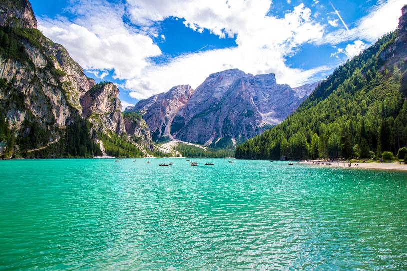 Dostępność miejsca, a także jego charakter sprawia, Polacy zwykli porównywać Lago di Braies do Morskiego Oka /123RF/PICSEL