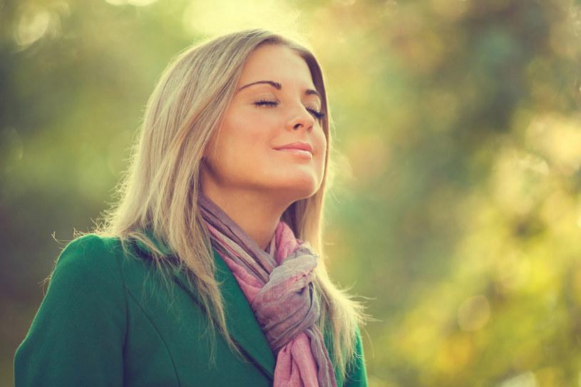 Doświadczając nieprzyjemnych emocji, odruchowo wstrzymujemy oddech, by... przeżycia były mniej bolesne. To błąd. Będziemy dużo zdrowsi i szczęśliwsi, jeśli w sytuacji stresowej wykonamy kilka głębokich oddechów lub ćwiczeń oddechowych. /123RF/PICSEL