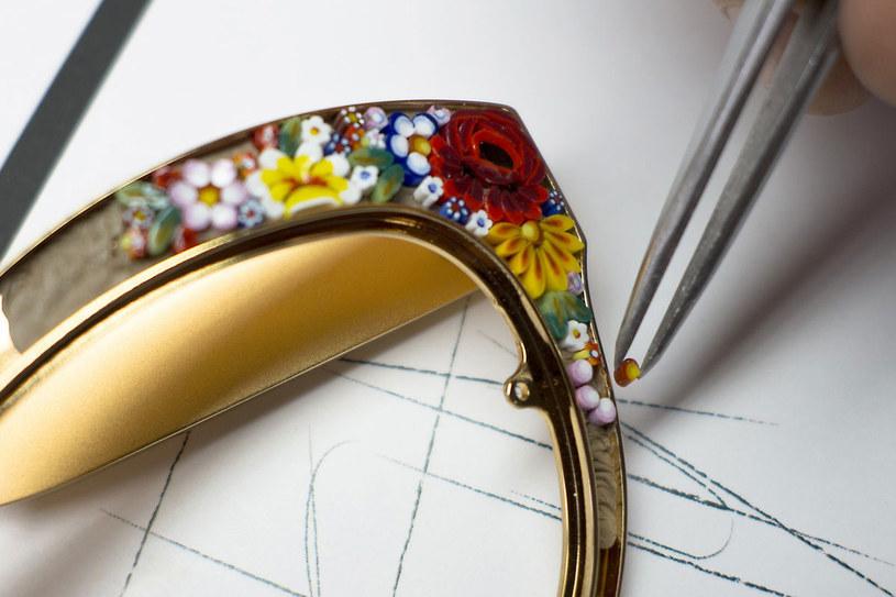 Doświadczeni artyści z najwyższą starannością i precyzją układają wzór mozaiki /materiały prasowe
