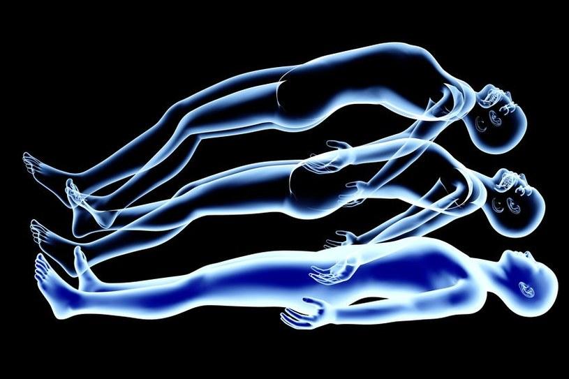 Doświadczenie bliskiej śmierci zwykle wiąże się z uczuciem oderwania się od ciała /123RF/PICSEL