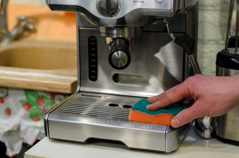 Dowiedz się, jak skutecznie wyczyścić ekspres do kawy /123RF/PICSEL
