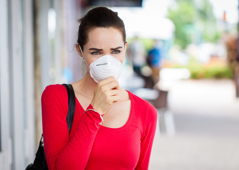 Dowiedz się, jaką maskę powinnaś mieć, jeśli mieszkasz w mieście, w którym problemu smogu jest poważny... /123RF/PICSEL
