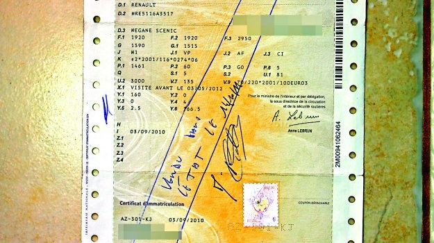 Dowód rejestracyjny pojazdu po sprzedaży samochodu powinien zostać ręcznie przekreślony długopisem przez francuskiego urzędnika. /Motor