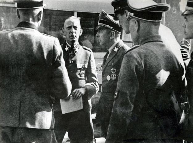 Dowódca SS Heinz Reinefarth ze swoim sztabem na warszawskiej Woli, sierpień 1944 /reprodukcja FoKa /Agencja FORUM