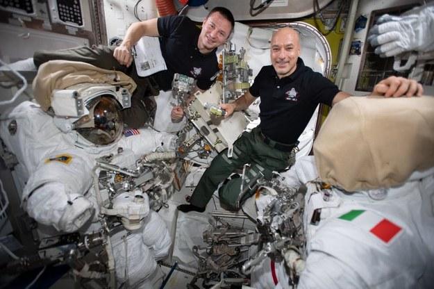 Dowódca załogi 61 Luca Parmitano (po prawej)  i inżynier pokładowy Andrew Morgan. /NASA /Materiały prasowe