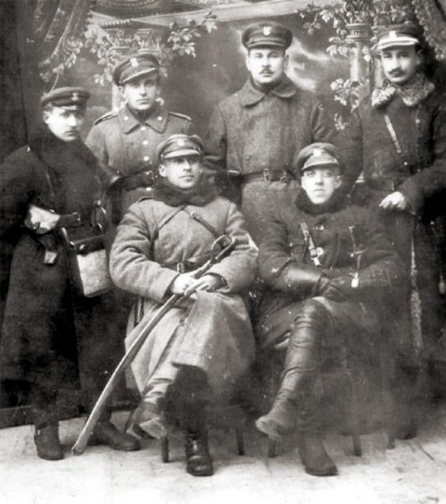 Dowództwo ochotniczego oddziału braci Dąbrowskich – luty 1919 rok. Siedzą od lewej: Władysław i Jerzy /Wikimedia