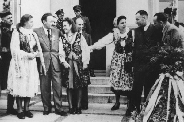 Wręczanie Bolesławowi Bierutowi wieńca dożynkowego i skrzyni z darami przez delegację rolników ziemi krakowskiej, 09.10.1947