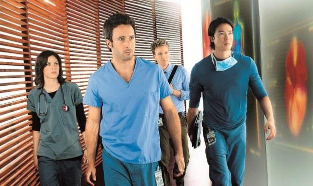 Dr Andy (Alex O'Loughlin,  w środku) i jego zespół specjalizują się  w przeszczepach. /Mat. Prasowe