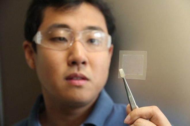 Dr Dong Han Seo z CSIRO prezentuje fragment grafenu /materiały prasowe