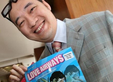 """Dr Love z okładką swojego pisma """"Love Airways"""" /AFP"""