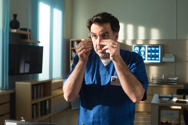 """Dr Sambor nadal będzie leczył w serialu """"Na sygnale"""" /Agencja W. Impact"""