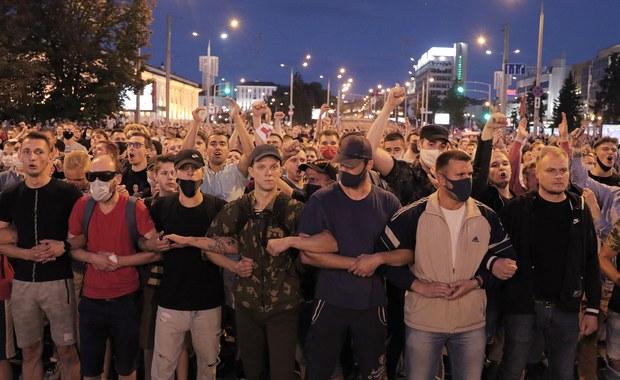 Dramatyczne sceny w Mińsku. Barykady, gumowe kule i śmierć jednego z protestujących