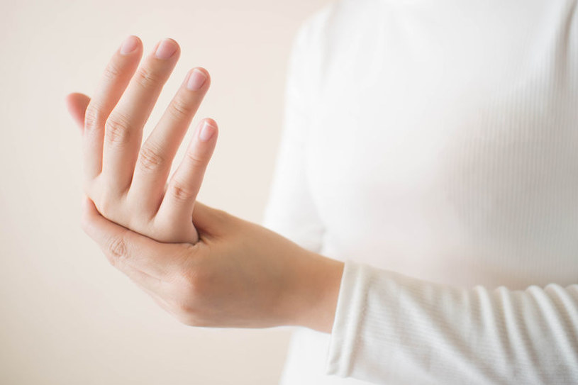 Drętwienie dłoni to jeden z objawów aury migrenowej /123RF/PICSEL