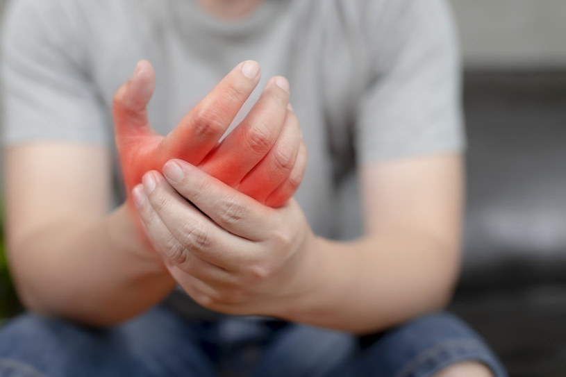 Drętwienie dłoni /©123RF/PICSEL
