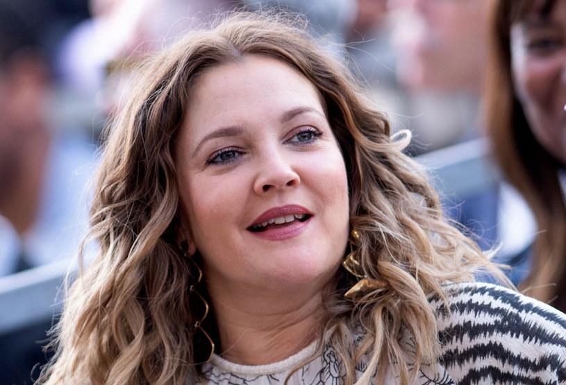 Drew Barrymore nie kryje swojej trudnej przeszłości /Valerie MACON / AFP /East News