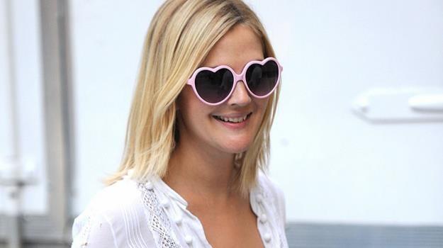 """Drew Barrymore patrzy na świat przez... """"sercowe"""" okulary /materiały prasowe"""
