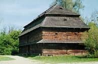 Drewniana chałupa ze skansenu wsi opolskiej /Encyklopedia Internautica