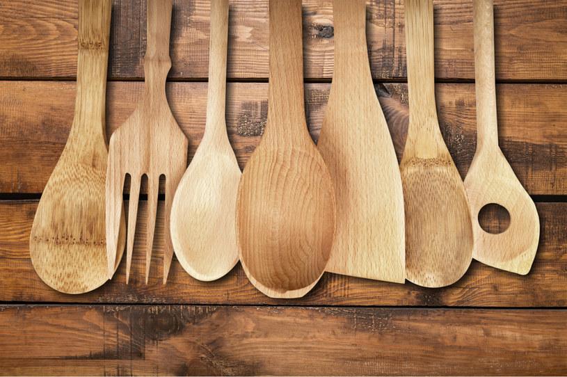Drewnianą łyżkę wystarczy włożyć do szklanki wypełnionej gorącą wodą i zostawić na 20 minut /123RF/PICSEL